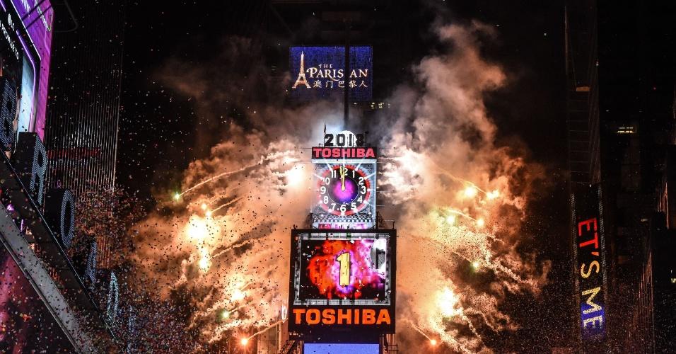 Em Nova York (EUA), a expectativa foi pela queda da bola de ferro que marca a virada do ano em Times Square