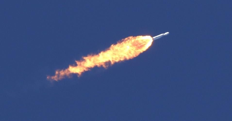 6.fev.2018 - Sem nenhum tripulante, a primeira missão do Falcon Heavy foi levar ao espaço uma carga especial e bastante inusitada: um carro elétrico