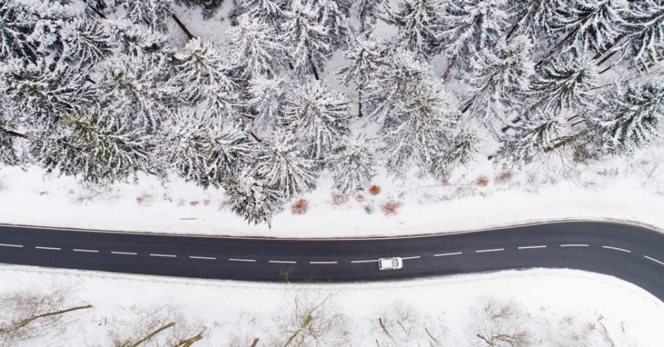 26.fev.2018 - Vista aérea mostra um carro dirigindo sob uma forte nevasca no distrito de Holzminder, Alemanha