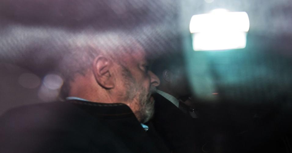 O ex-presidente Luiz Inácio Lula da Silva deixa o Instituto Lula de carro ao lado do advogado Cristiano Zanin
