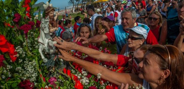 Fiéis homenageiam o Dia de São Jorge durante celebração na praia do Recreio, no Rio - Ilan Pellenberg/Estadão Conteúdo