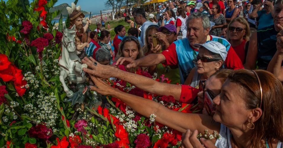 23.abr.2018 - Fiéis homenageiam o Dia de São Jorge durante celebração na Praia do Recreio dos Bandeirantes, zona oeste do Rio de Janeiro, nesta segunda- feira, 23. A data faz parte do calendário oficial do Rio de Janeiro e é feriado regulamentado desde 2008