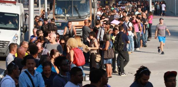 Candidatos formam uma fila em torno do Estádio Engenhão em busca de emprego