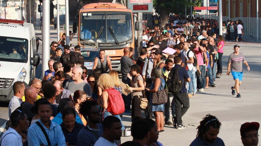 1.mai.2018 - Milhares de pessoas formam fila em torno do Engenhão, no Rio, em busca de emprego - José Lucena/Futura Press/Estadão Contedúdo