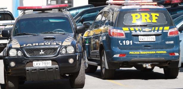 Movimentação na sede da Polícia Federal no Rio de Janeiro durante operação para combater o roubo de cargas, deflagrada na manhã desta sexta-feira