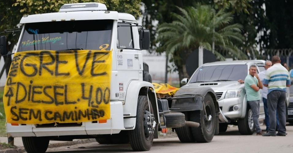 Caminhoneiros protestam contra elevação no preço do diesel na rodovia BR-040, em Duque de Caxias (RJ)