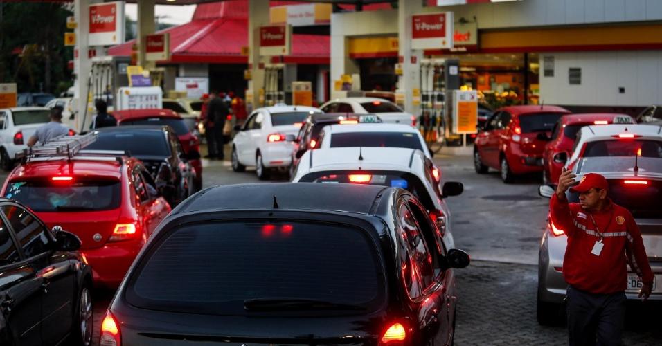 Motoristas enfrentam enorme fila em frente ao posto Shell, na marginal Tietê, esquina com a rua Celestino Bourroul, no bairro do Limão, na zona norte de São Paulo, na manhã desta segunda-feira (28). A paralisação dos caminhoneiros entra no oitavo dia. A categoria ainda mantém bloqueios em todo o país, o que causa desabastecimento de produtos e combustível nas cidades. Polícias estaduais, Polícia Federal e tropas do Exército negociam a saída dos manifestantes das estradas e fazem escoltas para liberar a saída de caminhões-tanque de refinarias