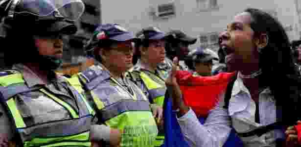 6.mai.2017 - Manifestante grita diante da polícia venezuelana durante protesto - Carlos Garcia Rawlins/Reuters