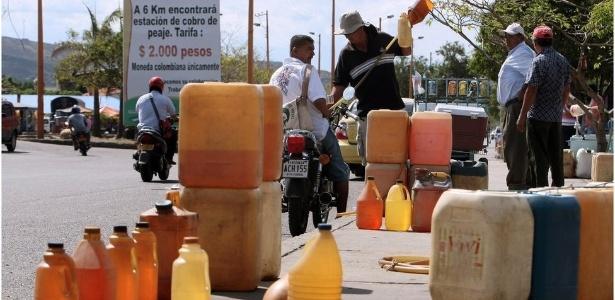 O combustível subsidiado da Venezuela é levado para países como a Colômbia em recipientes como esses e vendido mais caro aos motoristas - Getty Images