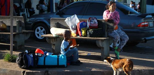 21.ago.2018 -  Criança venezuelana divide coxa de frango com cachorro de rua na cidade de Pacaraima (RR) - Edmar Barros/Estadão Conteúdo