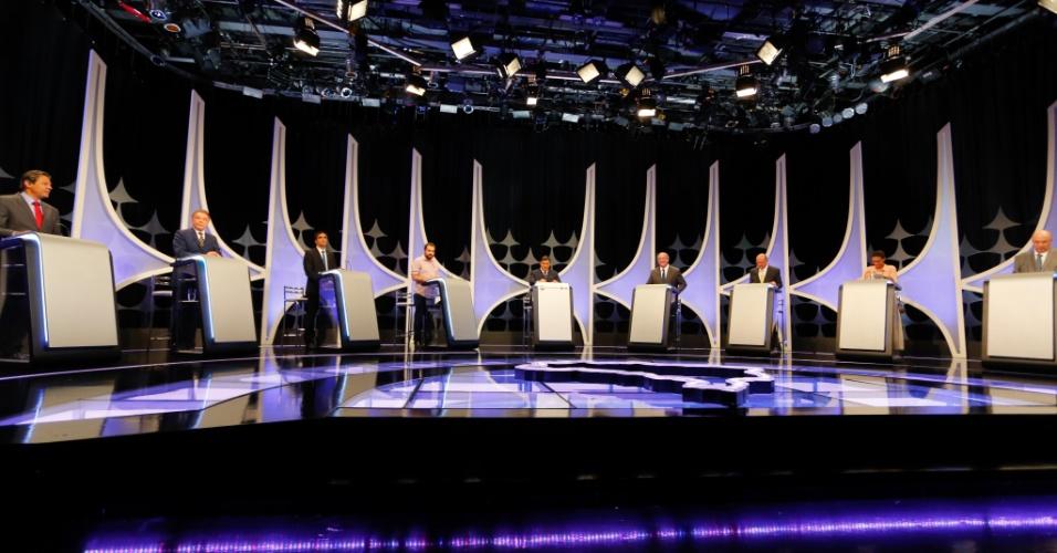 Candidatos a postos para início do debate presidencial promovido por UOL, Folha e SBT