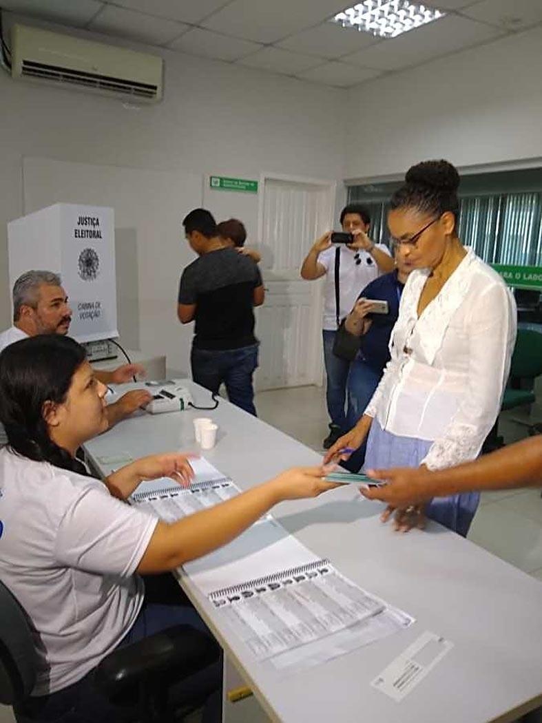 28.out.2018 - A presidenciável acreana Marina Silva (Rede), que não chegou ao segundo turno, votou pela manhã no prédio do INCRA, no Aviário, em Rio Branco