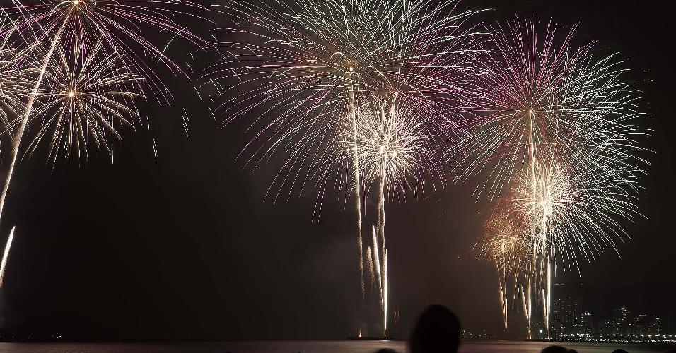 1º.jan.2019 - Queima de fogos vista da Ponta da Praia em Santos na Virada de ano com duração de 16 minutos em dez balsas espalhadas por toda extensão da praia