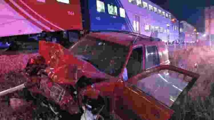 Veículo ficou com a frente destruída depois de ser arrastado pelo trem - Reprodução/Twitter/@UTHighwayPatrol