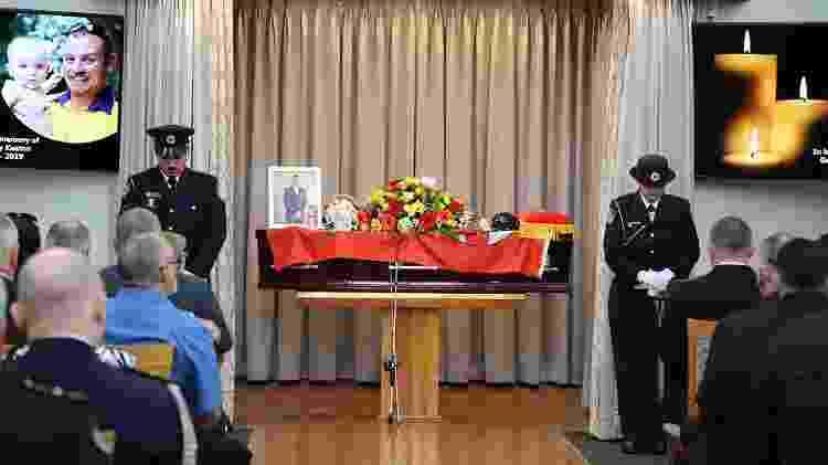 Velório do bombeiro Geoffrey Keaton, que morreu após ter seu veículo atingido por uma árvore enquanto combatia incêndios na Austrália - HANDOUT/AFP