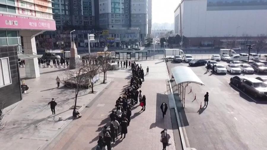 Centenas de sul-coreanos buscam proteção em Daegu, um dos epicentros do surto da doença no país. - BBC
