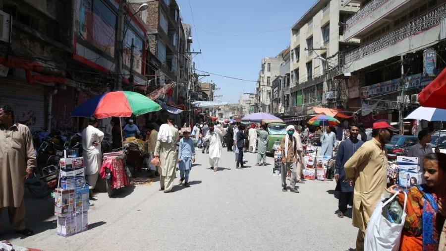 7.mai.2020 - Pessoas lotam comércio de rua em Rawalpindi, no Paquistão; país tem mais de 24 mil casos de coronavírus - Muhammed Semih Ugurlu/Anadolu Agency via Getty Images
