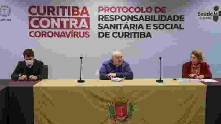 O prefeito Rafael Greca (ao centro), o vice Eduardo Pimentel e a secretária municipal de saúde Marcia Huçulak falam sobre a pandemia - Pedro Ribas/SMCS - Pedro Ribas/SMCS