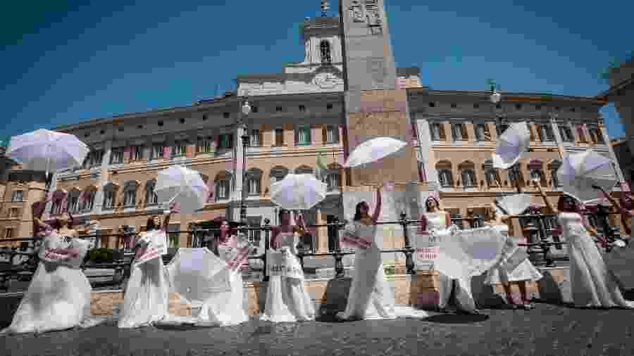 Mulheres vestidas de branco protestaram hoje em frente à Fontana di Trevi contra medidas restritivas nas cerimônias - Getty Images