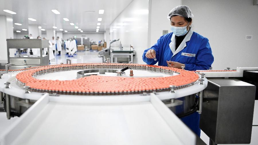 24.set.20 - Foto feita em visita da imprensa a uma fábrica da Sinovac, em Pequim - Wang Zhao/AFP