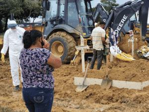 Máquinas fazem escavação de covas - Carlos Madeiro - Carlos Madeiro