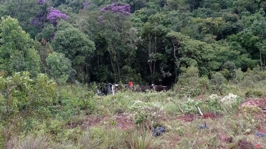 O veículo caiu em uma ribanceira no Distrito de Santa Rita de Ouro Preto - Divulgação/Corpo de Bombeiros
