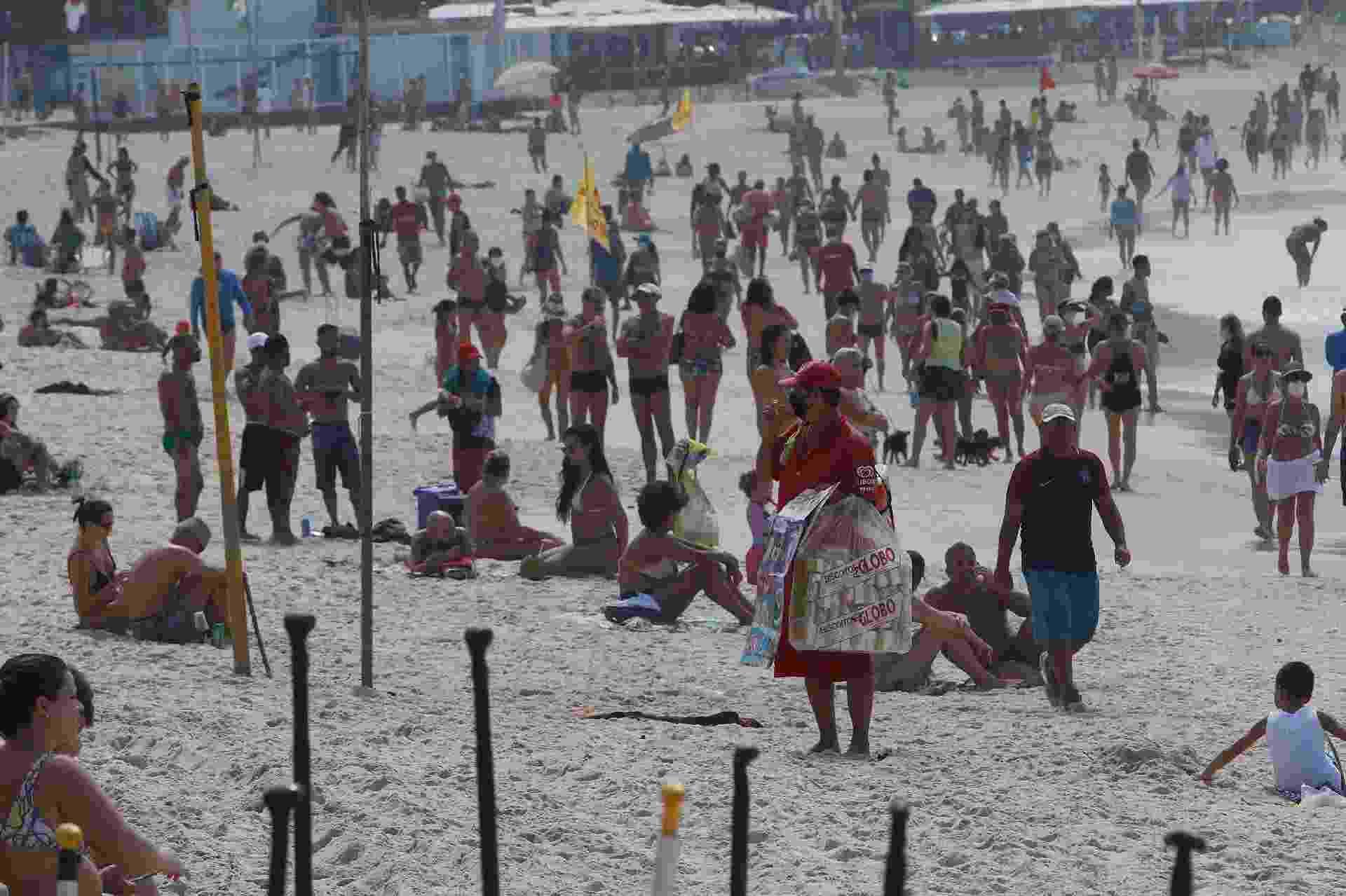Movimentação de banhistas na praia de Copacabana, zona sul do Rio de Janeiro, neste domingo (18) - Reginaldo Pimenta/Estadão Conteúdo