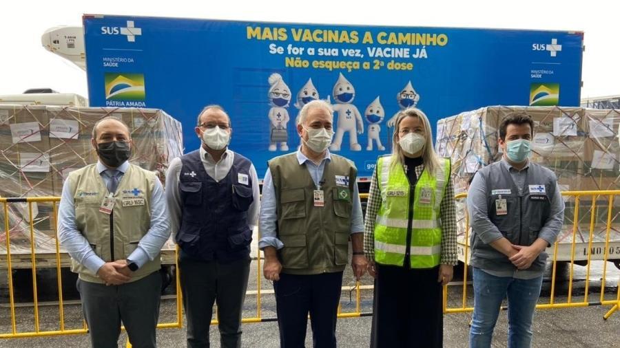 O ministro da Saúde, Marcelo Queiroga (ao centro), acompanhou a chegada de 1,5 milhão de doses da vacina da Janssen no aeroporto internacional de Guarulhos (SP) - Divulgação/Ministério da Saúde
