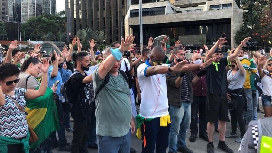 Manifestantes rezam em ato pró-Bolsonaro e intervenção militar na Av. Paulista em junho de 2020 - Lucas Borges Teixeira/UOL