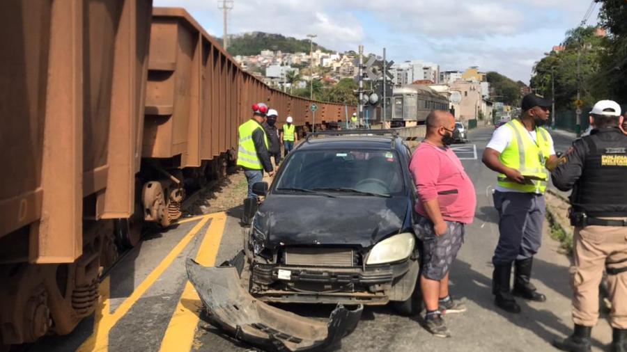 Veículo atingido por trem ficou bastante destruído; ocupantes conseguiram sair antes de colisão - Reprodução/ Corpo de Bombeiros de MG