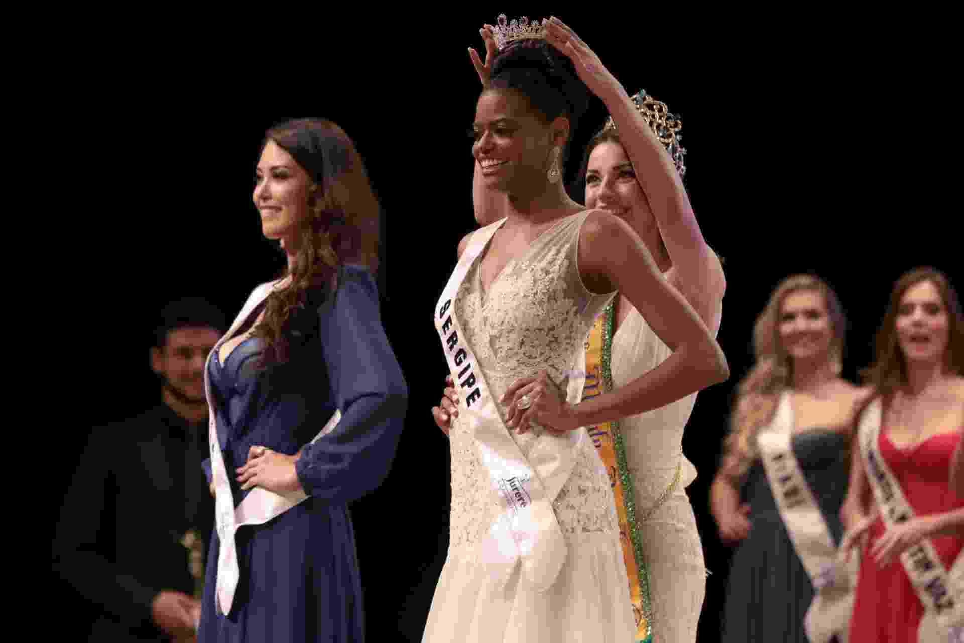 Ana Luísa Castro, candidata de Sergipe, recebe a coroa de Miss Mundo Brasil 2015 - Marco Dutra/UOL