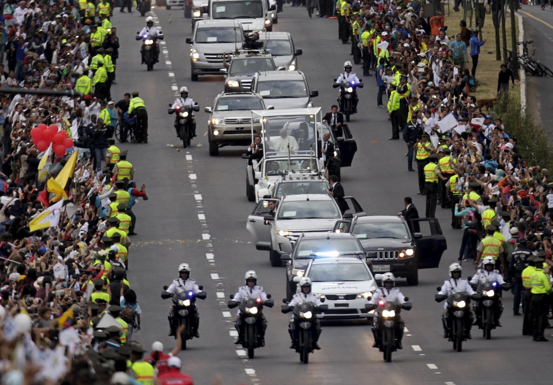 5.jul.2015 - Papa Francisco circula em seu papamóvel pelas ruas de Quito, Equador