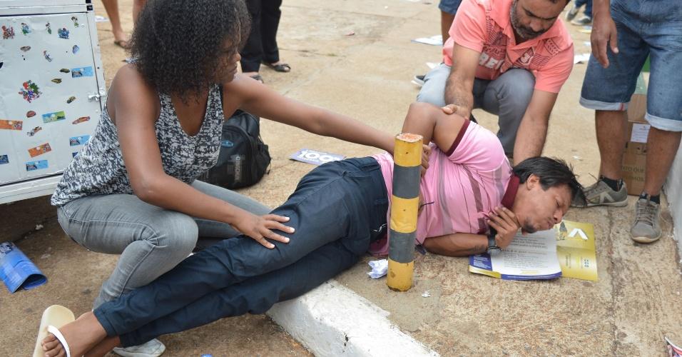 25.out.2015 - O estudante Jadison Texeira passou mal após chegar atrasado ao Centro Universitário de Brasília e não conseguir entrar para fazer o segundo dia de provas do Enem (Exame Nacional do Ensino Médio)
