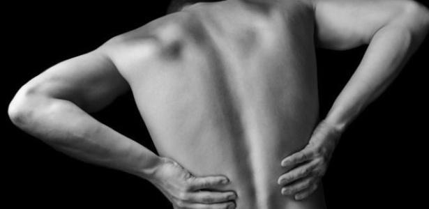 Falta de exercícios, má postura e movimentos bruscos na região lombar são os principais fatores geram dores nas costas