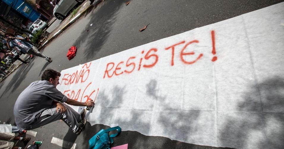 10.nov.2015 - Estudantes protestam em frente à escola estadual Fernão Dias, na zona oeste de São Paulo, contra a reorganização da rede estadual de São Paulo. Um outro grupo está dentro da escola desde a manhã desta terça-feira