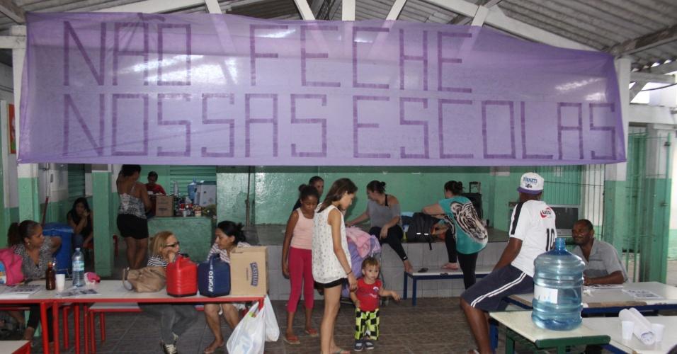 14.nov.2015 - Movimentação dentro da E.E. Elizete de O. Bertini, em Embu das Artes, neste sábado; escola está ocupada