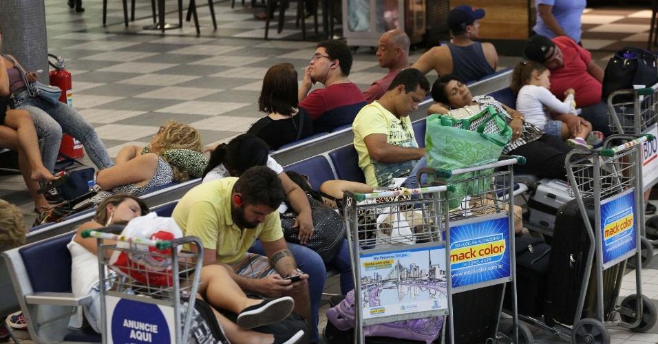 10.fev.2016 - Passageiros aguardam voo no aeroporto de Congonhas, em São Paulo, na volta do feriado de Carnaval