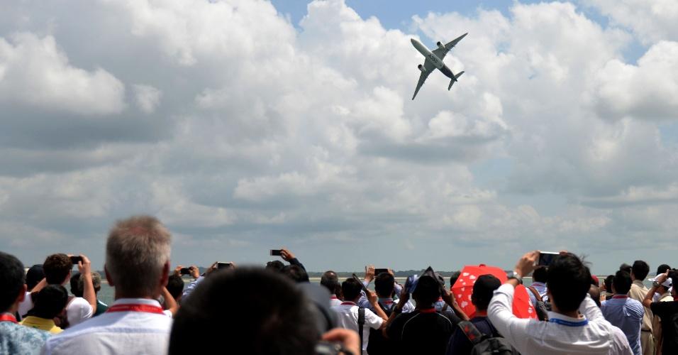 18.fev.2016 - Público assiste à manobra de um Airbus A350 XWB durante o Singapore Airshow, em Cingapura - o maior evento aeroespacial e de defesa realizado na Ásia