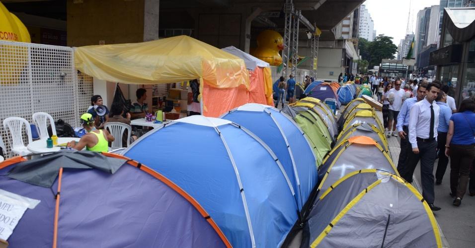 30.mar.2016 - Manifestantes seguem acampados em frente ao prédio da Fiesp, na avenida Paulista, em São Paulo (SP), nesta quarta-feira (30). O acampamento completa três semanas nesta quarta-feira