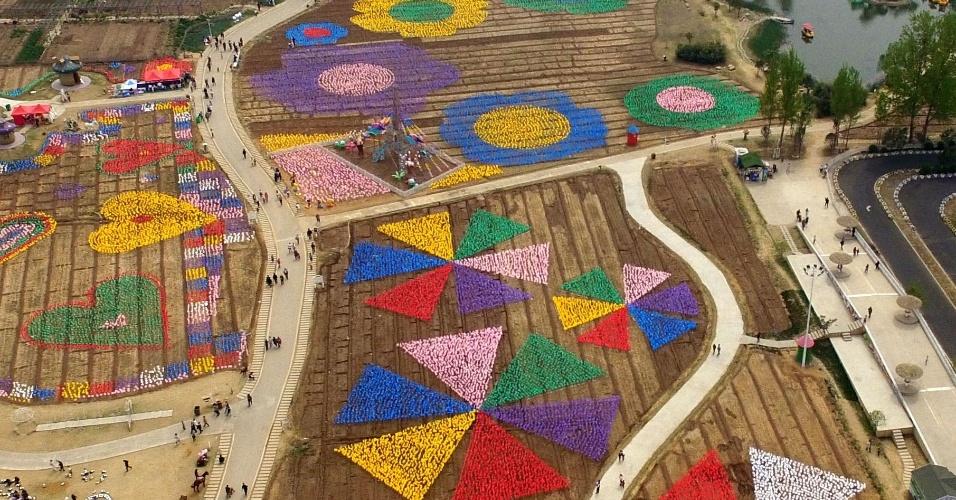 4.abril.2016 - Um total de 500 mil cata-ventos foram usados para formar figuras bem coloridas para o Festival Internacional de cata-ventos em Luoyang, província central de Hebei, na China