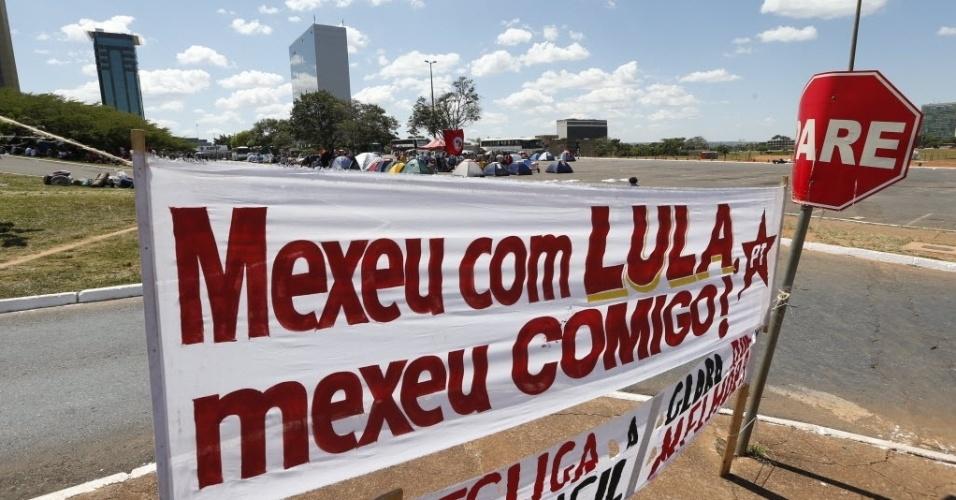 11.abr.2016 - Manifestantes que apoiam o governo de Dilma Rousseff e o ex-presidente Luiz Inácio Lula da Silva colocam cartazes em frente ao acampamento que instalaram nas proximidades do teatro nacional em Brasília