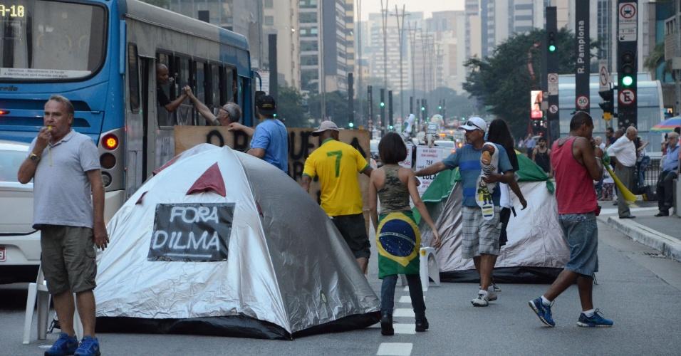 15.abr.2016 - Manifestantes que estavam acampados em frente ao prédio da Fiesp (Federação das Indústrias do Estado de São Paulo) tomaram no início da noite desta sexta algumas faixas da avenida Paulista. Eles pedem o impeachment da presidente Dilma Rousseff