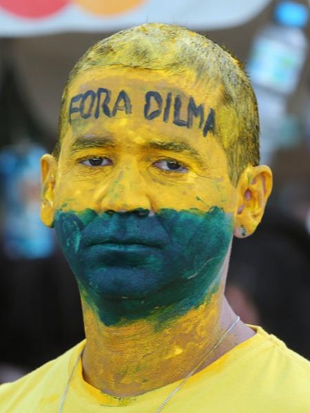 Manifestante pede impeachment de Dilma em 2016 - Julio Cesar Guimaraes/UOL