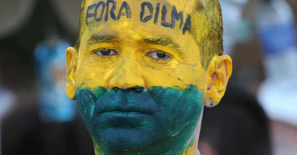 17.abr.2016 - Manifestante participa de protesto a favor do impeachment da presidente Dilma Rousseff, em Copacabana, no Rio