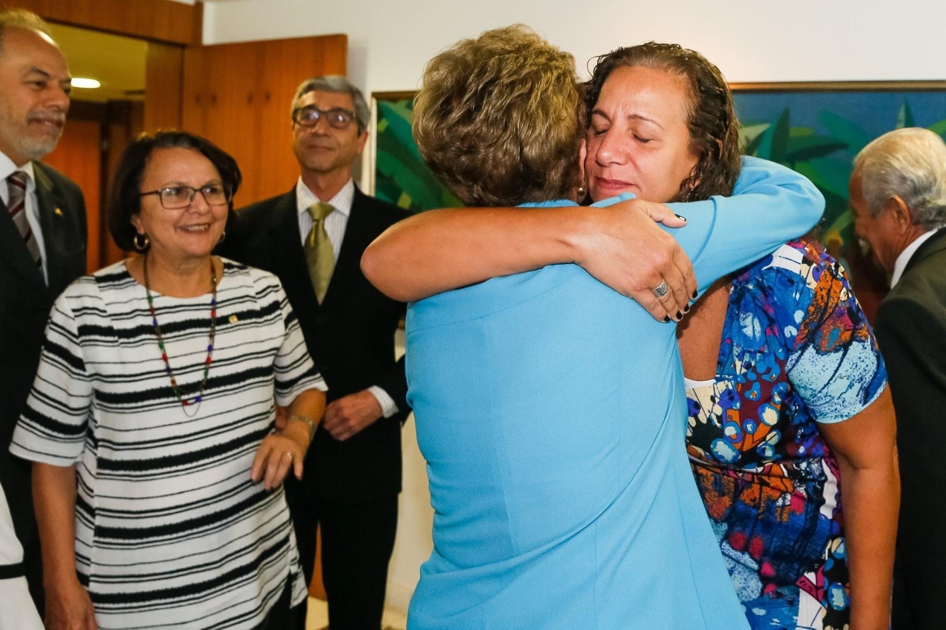 18.abr.2016 - A deputada federal Jandira Feghali (PCdoB-RJ) abraça Dilma Rousseff após primeiro pronunciamento da presidente sobre aprovação na Câmara dis Deputados da abertura do processo de impeachment