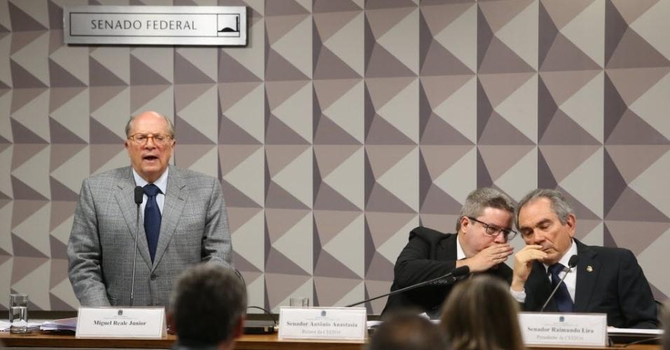 28.abr.2016 - A comissão especial de impeachment do Senado ouve o juristas Miguel Reale Júnior, um dos autores do processo de impeachment contra a presidente Dilma Rousseff. Ao lado, presidente da comissão especial de impeachment do Senado, Raimundo Lira (PMDB-PB), conversa com o relator Antonio Anastasia (PSDB-MG)