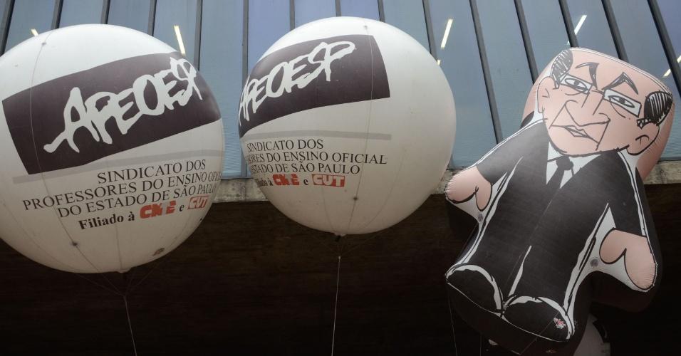 29.abr.2016 - Professores da rede estadual de São Paulo fazem assembleia nesta sexta-feira (29), no vão livre do Masp. A reunião decidirá se os docentes entrarão em greve. Eles querem reajuste salarial para toda a categoria