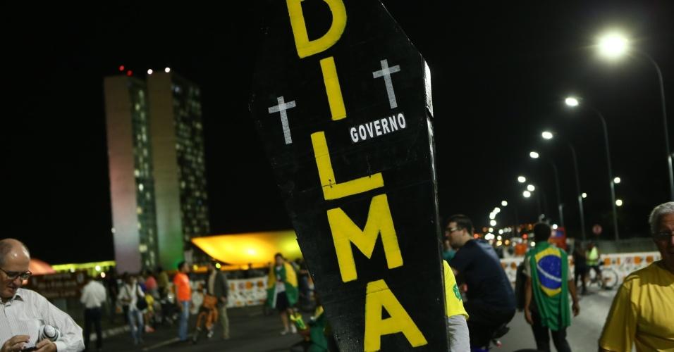 11.mai.2016 - Manifestantes favoráveis ao impeachment da presidente Dilma Rousseff chegam ao gramado do Congresso Nacional. Eles acompanham a sessão para discussão e votação da admissibilidade do processo de impeachment da presidente Dilma Rousseff