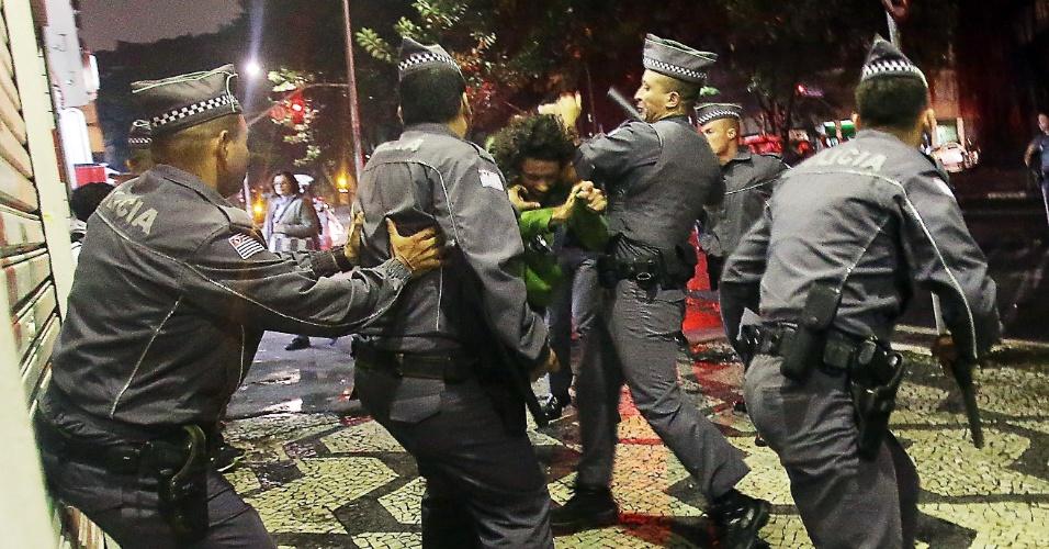 18.mai.2016 - Alunos de escolas estaduais e do ensino técnico bloquearam a avenida Paulista, em São Paulo, em protesto por melhorias na educação e punição aos desvios de recursos destinados à merenda escolar. Eles saíram caminhando em direção ao centro e na Praça da República houve uma confusão entre policiais e os manifestantes