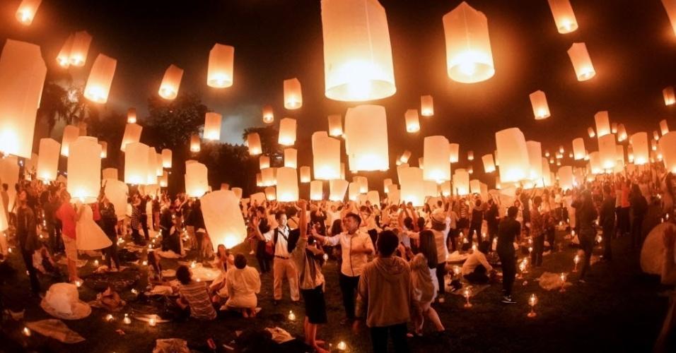 22.mai.2016 - Budistas soltam lanternas durante celebração do Dia de Vesak, no templo de Borobudur, na Indonésia. A data celebra o aniversário, a vida e a morte de Buda